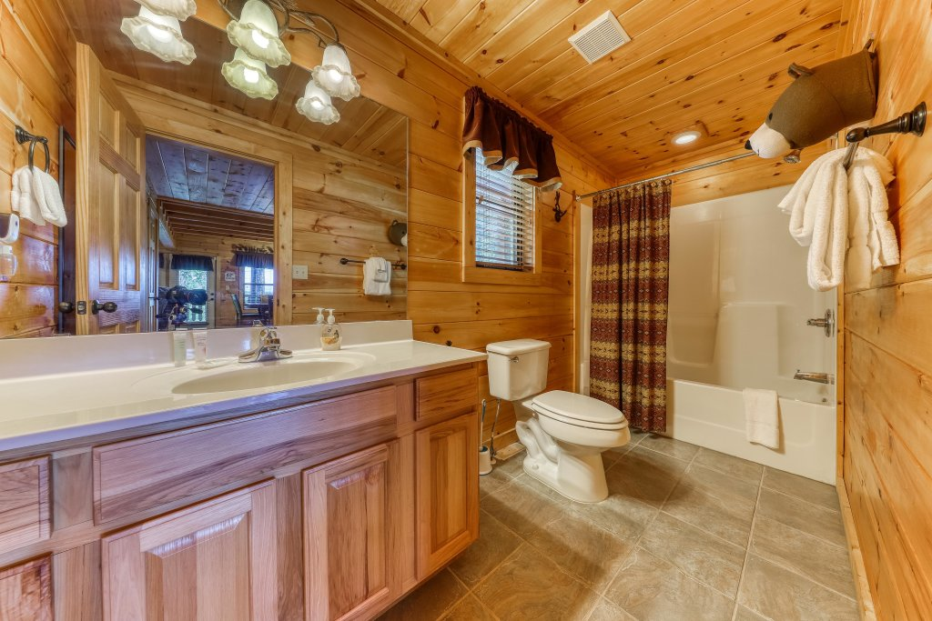 Photo of a Sevierville Cabin named Rainbow Falls - This is the thirty-second photo in the set.
