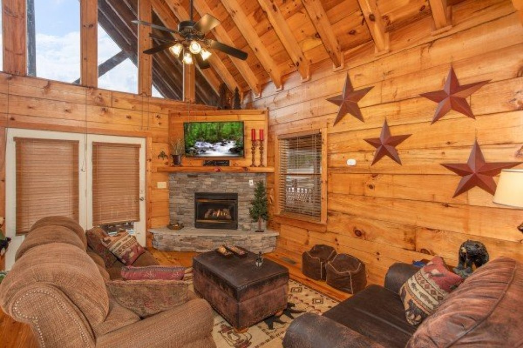 Photo of a Pigeon Forge Cabin named Granny D's - This is the third photo in the set.