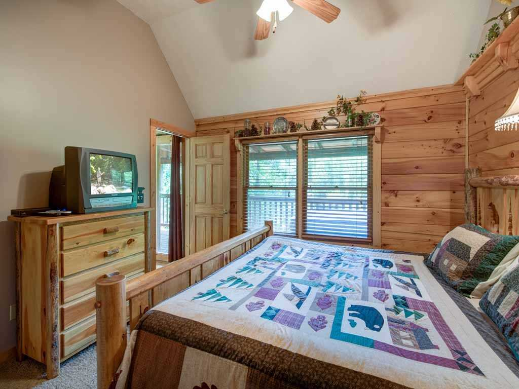 Photo of a Gatlinburg Cabin named Running Bear - This is the seventeenth photo in the set.