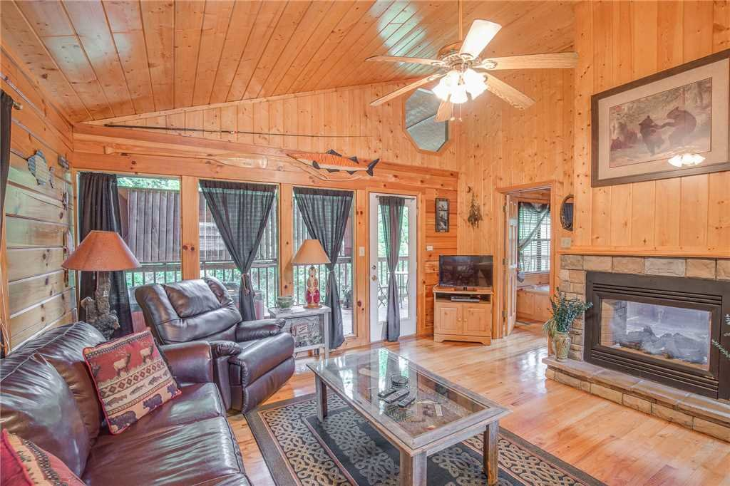 Photo of a Pigeon Forge Cabin named Bear Escape - This is the first photo in the set.