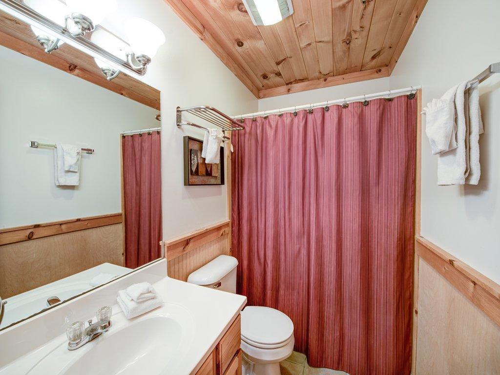 Photo of a Gatlinburg Cabin named Gentle Ben's Den - This is the twenty-fifth photo in the set.