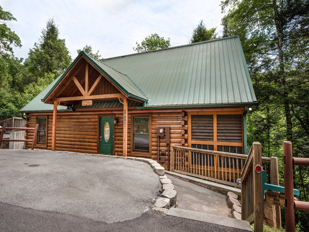 Photo of a Gatlinburg Cabin named Gentle Ben's Den - This is the thirtieth photo in the set.