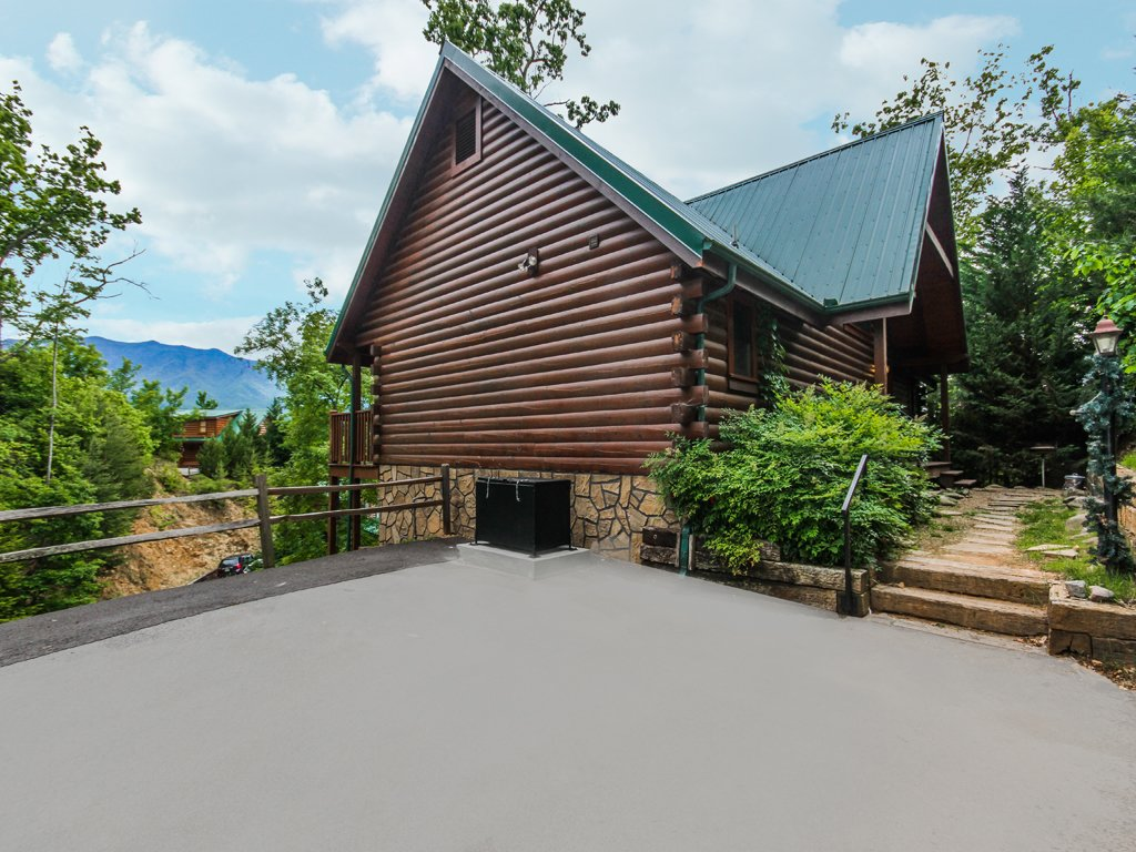 Photo of a Gatlinburg Cabin named Chimney Top Overlook - This is the thirty-third photo in the set.