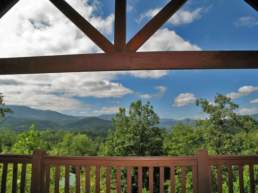 Photo of a Gatlinburg Cabin named Bear Slide - This is the second photo in the set.