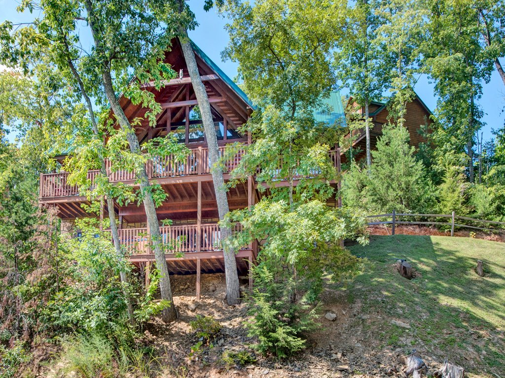 Photo of a Gatlinburg Cabin named Chimney Top Overlook - This is the sixteenth photo in the set.