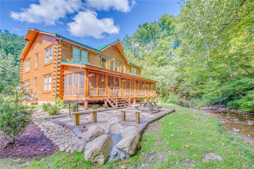 Creekside getaway cabin in pigeon forge w 8 br sleeps42 for Cheap cabin rentals in asheville nc