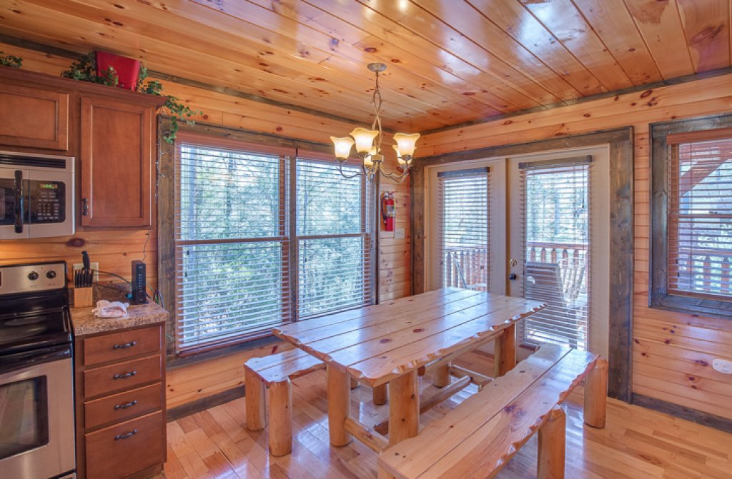 Standing bear lodge cabin in gatlinburg w 5 br sleeps18 for Nuvola 9 cabin gatlinburg