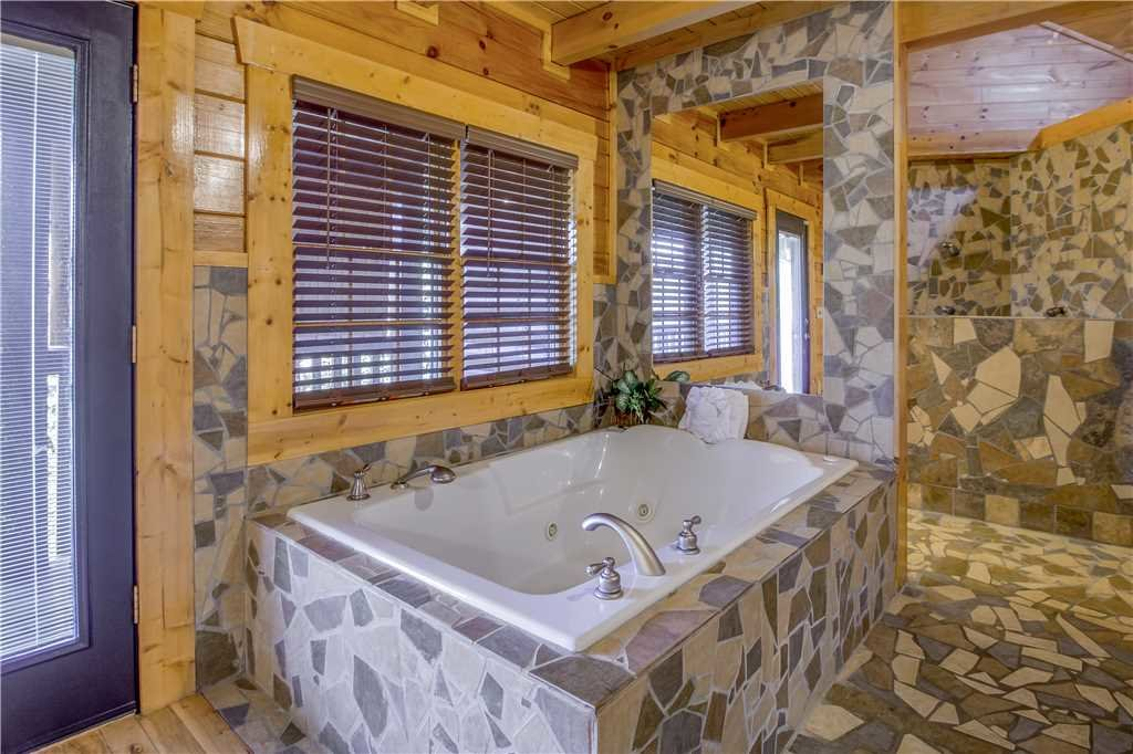 Photo of a Pigeon Forge Cabin named Grand Mountain Splash - This is the twentieth photo in the set.