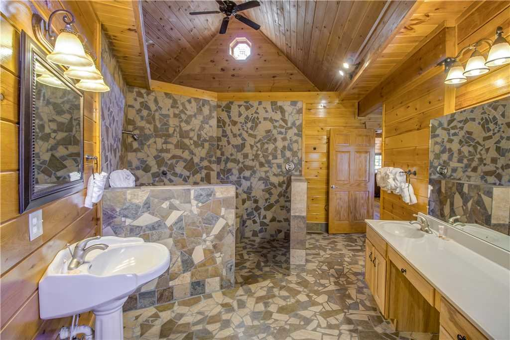 Photo of a Pigeon Forge Cabin named Grand Mountain Splash - This is the twenty-first photo in the set.