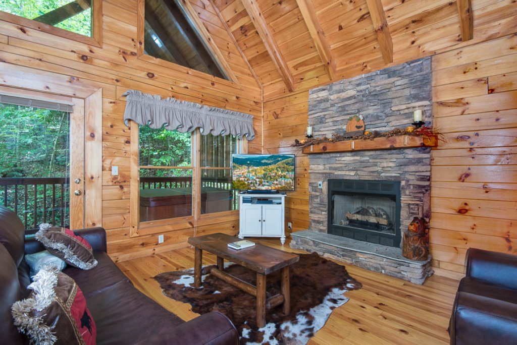 Photo of a Pigeon Forge Cabin named Black Paw - This is the second photo in the set.