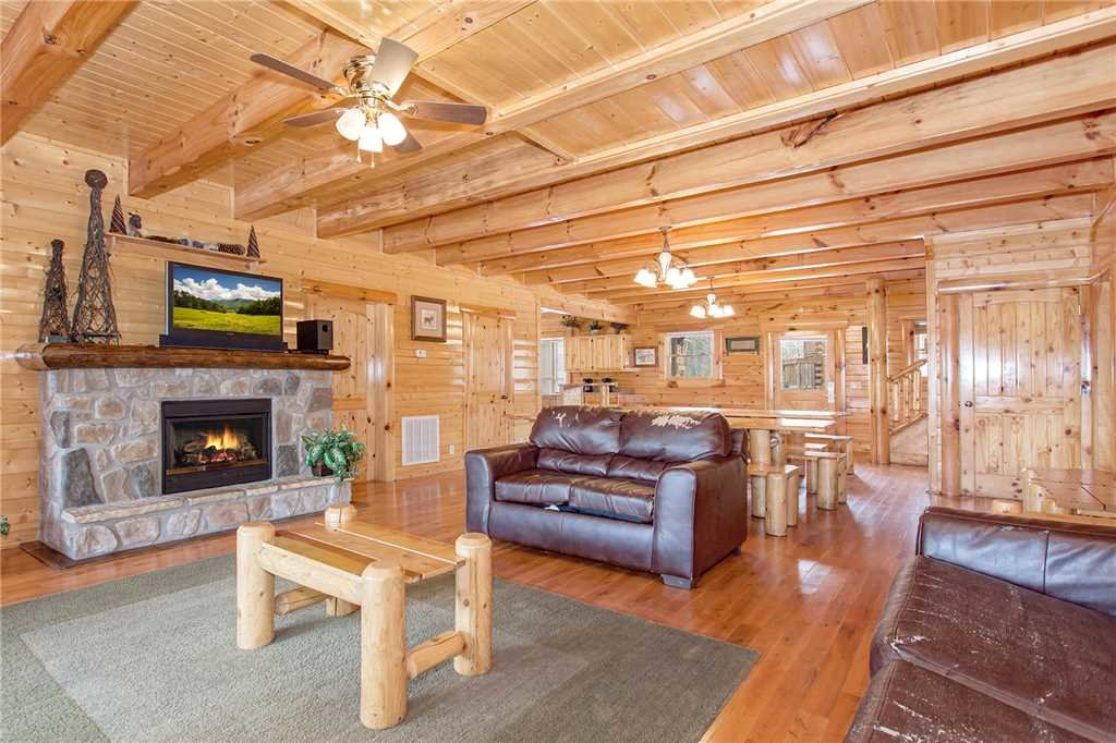 Photo of a Pigeon Forge Cabin named Bear Den Lodge - This is the second photo in the set.