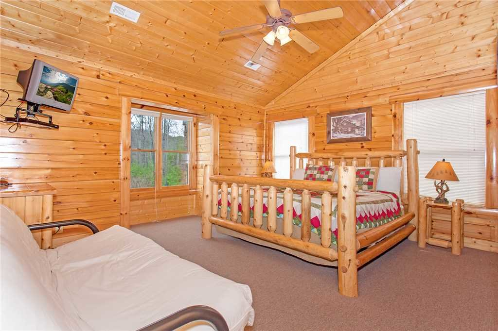 Photo of a Pigeon Forge Cabin named Bear Den Lodge - This is the twenty-eighth photo in the set.