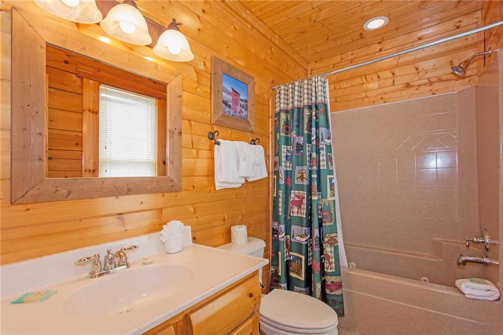 Photo of a Pigeon Forge Cabin named Bear Den Lodge - This is the twentieth photo in the set.