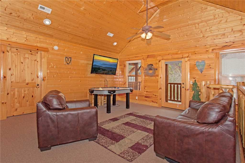 Photo of a Pigeon Forge Cabin named Bear Den Lodge - This is the eighth photo in the set.
