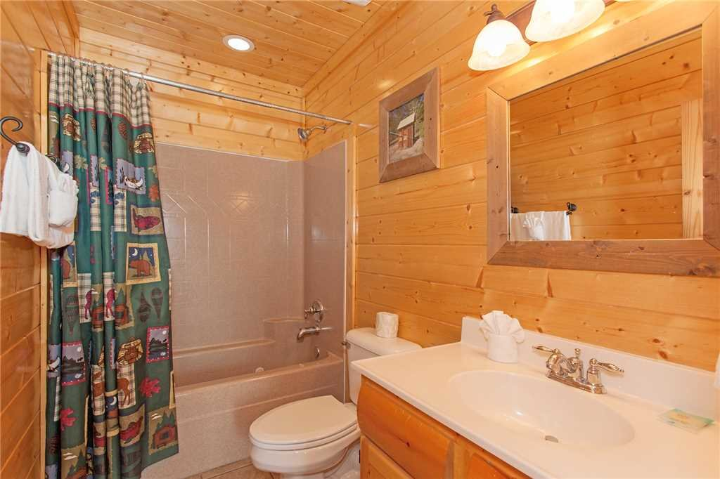 Photo of a Pigeon Forge Cabin named Bear Den Lodge - This is the twenty-seventh photo in the set.