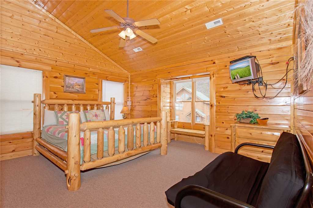 Photo of a Pigeon Forge Cabin named Bear Den Lodge - This is the nineteenth photo in the set.