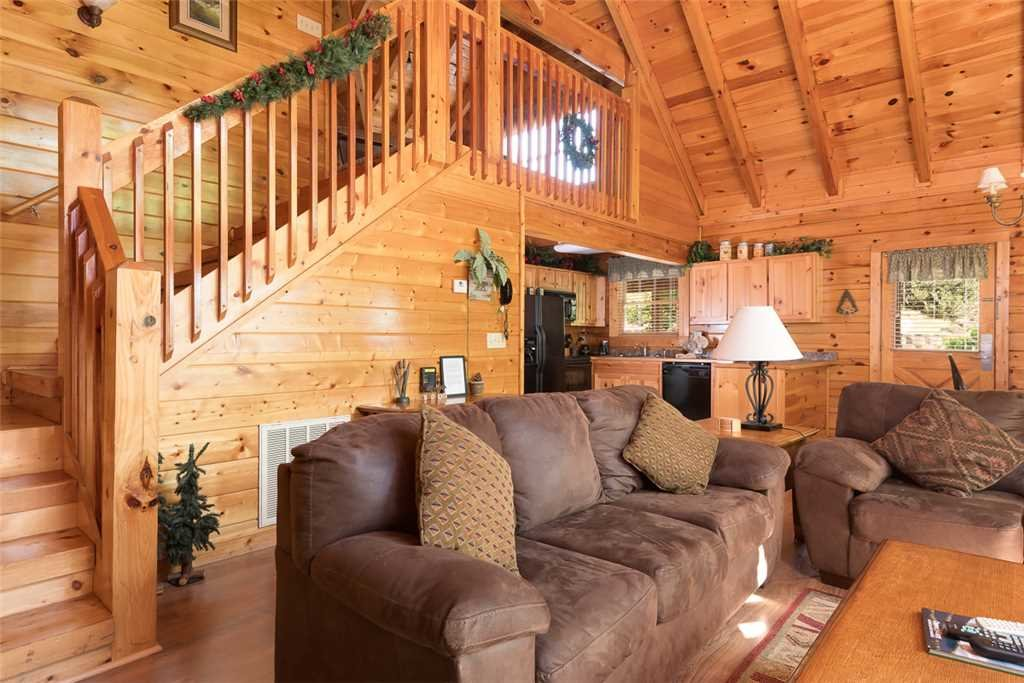 Photo of a Pigeon Forge Cabin named Blackberry Cobbler - This is the second photo in the set.