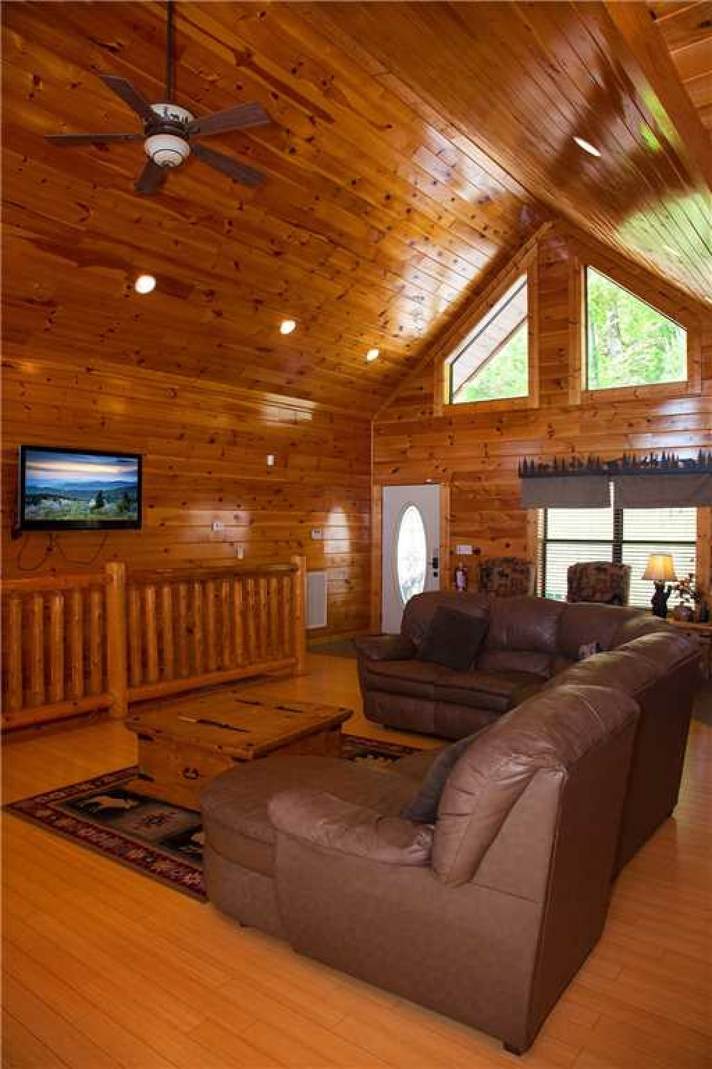 Photo of a Gatlinburg Cabin named Papa Bear - This is the second photo in the set.