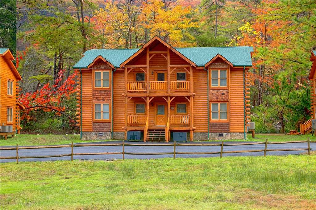 Photo of a Pigeon Forge Cabin named Creekbend Lodge - This is the first photo in the set.