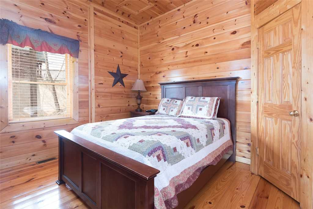 Photo of a Pigeon Forge Cabin named Vista Point - This is the fourteenth photo in the set.