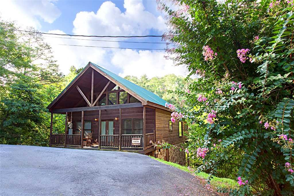Photo of a Gatlinburg Cabin named Grumpy Bear - This is the first photo in the set.