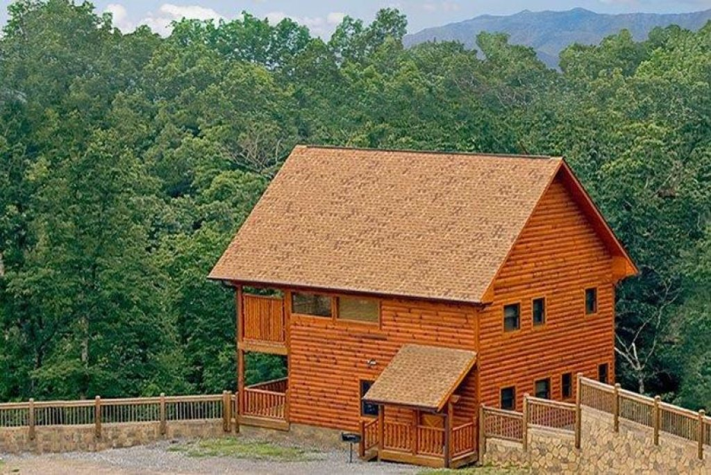 Photo of a Pigeon Forge Cabin named Moonstruck - This is the first photo in the set.