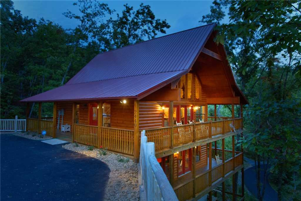 Photo of a Pigeon Forge Cabin named Mountain Retreat - This is the first photo in the set.
