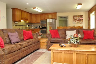 Adventure Lodge, 4 Bedrooms, Hot Tub, Game Room, Wifi, Pets, Sleeps 18