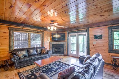 Pine Tree Lodge, 8 Bedrooms, Pool Table, Theater, Hot Tub, Wifi, Sleeps 36