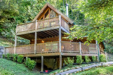 Save up to 20% on Spring stays | Unique cabin with large deck perfect for family getaway
