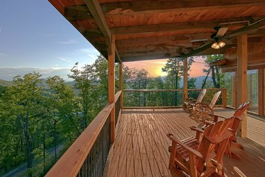 Large Luxury Cabin with Spacious Decks perfect to enjoy the Beauty of the Smokies