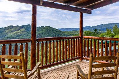 Beautiful newly remodeled cabin with spacious decks and spectacular views