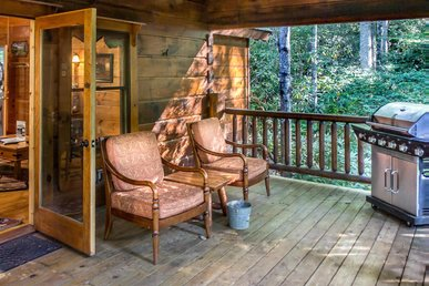Cozy Cabin secluded in woods for romantic couples hideaway