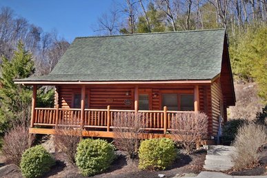 A Great Smoky Hideaway A 2br Cabin Sleeps 6. Bedside Jacuzzi Tub In Suite.