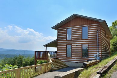 Smoky View Straight Up a three bedroom cabin located minutes from Dollywood.
