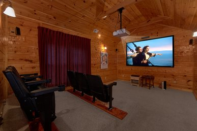 5 bedroom Luxury Cabin with Home Theater Room, Pool Table and Air Hockey