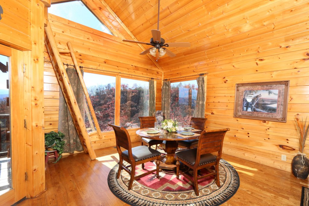 Photo of a Pigeon Forge Cabin named Howling Wolf - This is the twenty-first photo in the set.