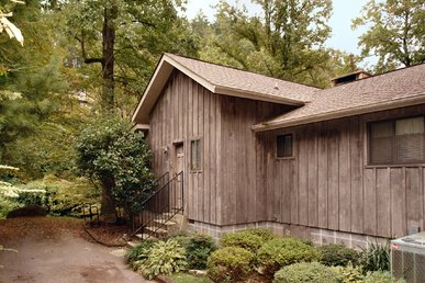 2 Bedroom Smoky Mountain Riverside Cabin with Hot Tub Close to Downtown
