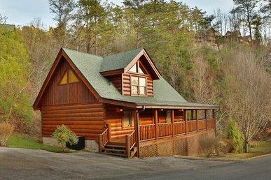 1 BR luxury cabin rental in Bear Creek Crossing Resort with beautiful views.