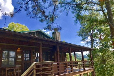 2 Bedroom 2 Bath Cabin offers Great View and Privacy!