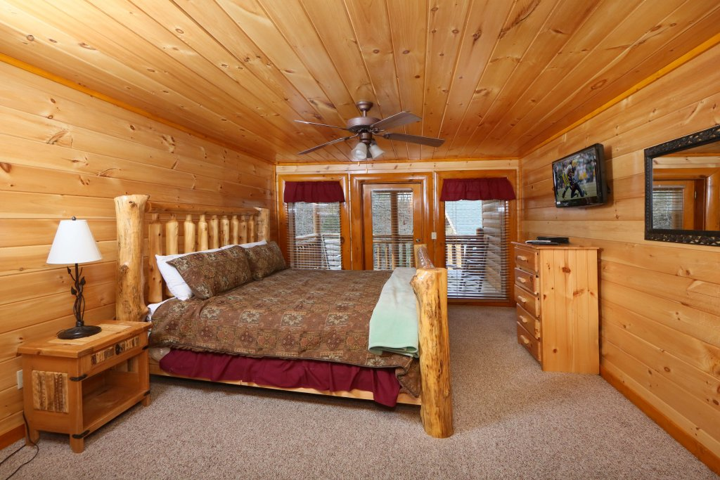 Photo of a Pigeon Forge Cabin named Smoky Mountain Cinema - This is the thirty-first photo in the set.