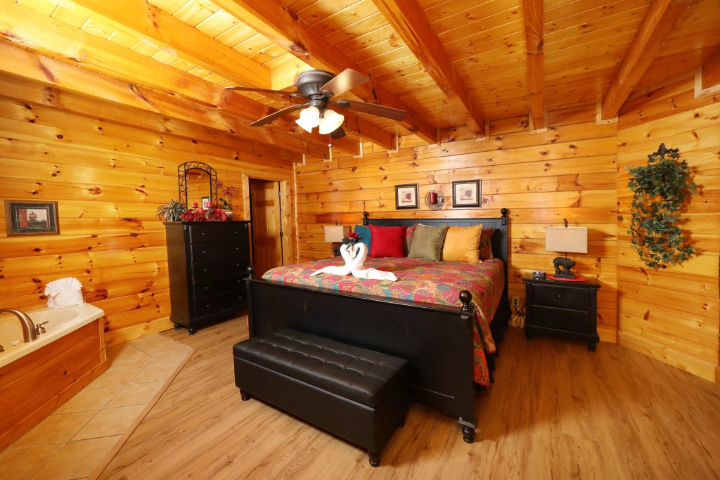 Photo of a Pigeon Forge Cabin named Around The Mountain - This is the twelfth photo in the set.