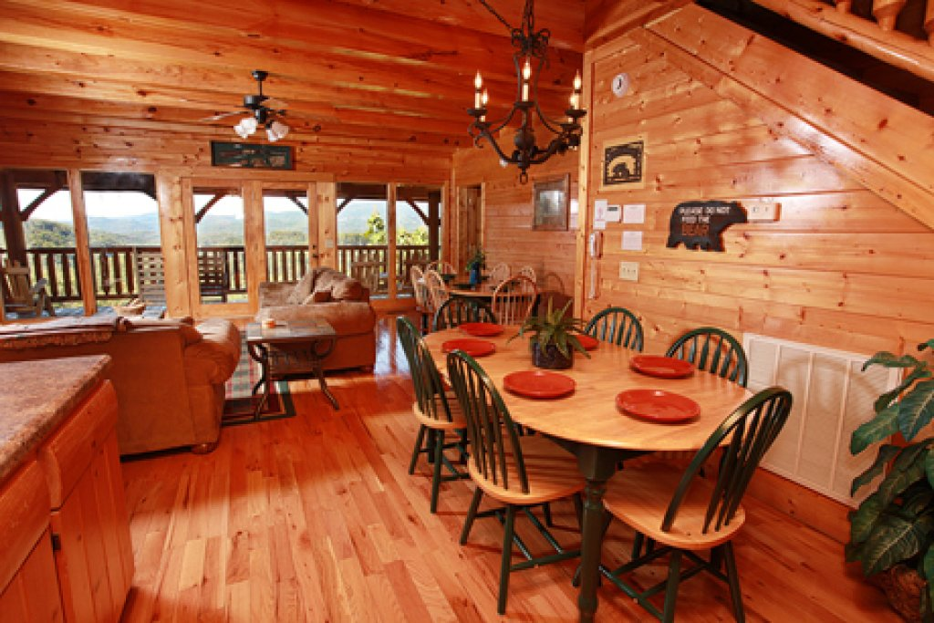 Photo of a Pigeon Forge Cabin named Hullabaloo - This is the twelfth photo in the set.
