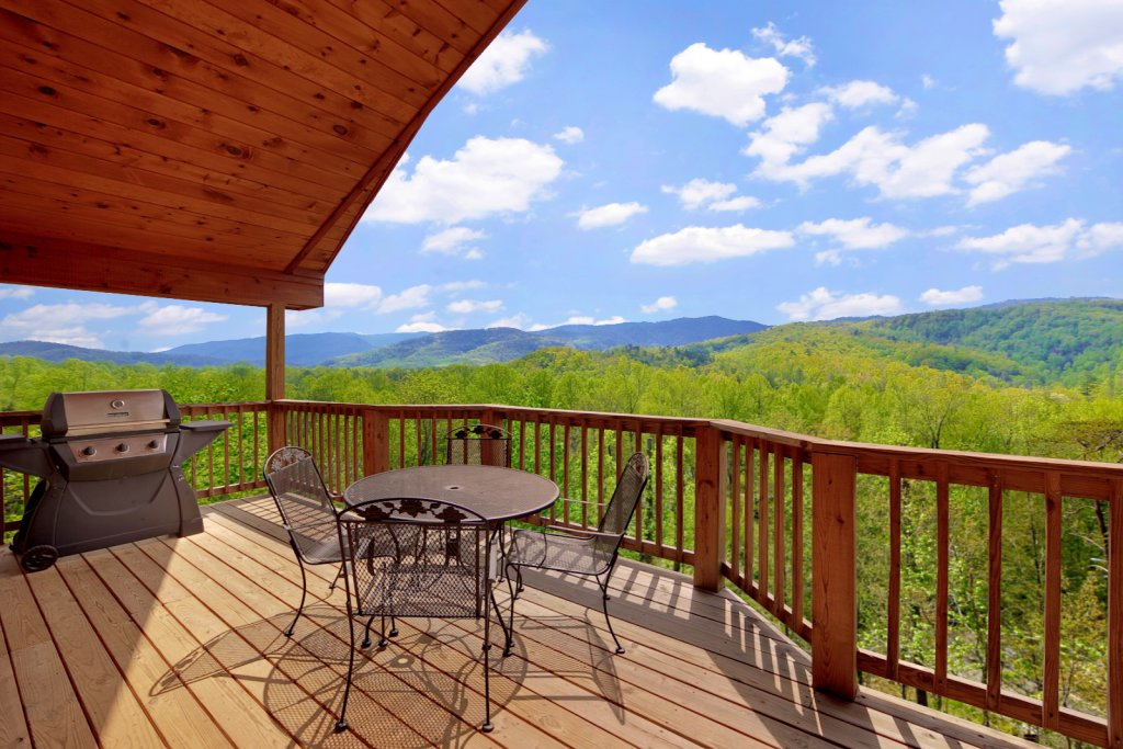 Photo of a Gatlinburg Cabin named Bear Den - This is the fourth photo in the set.