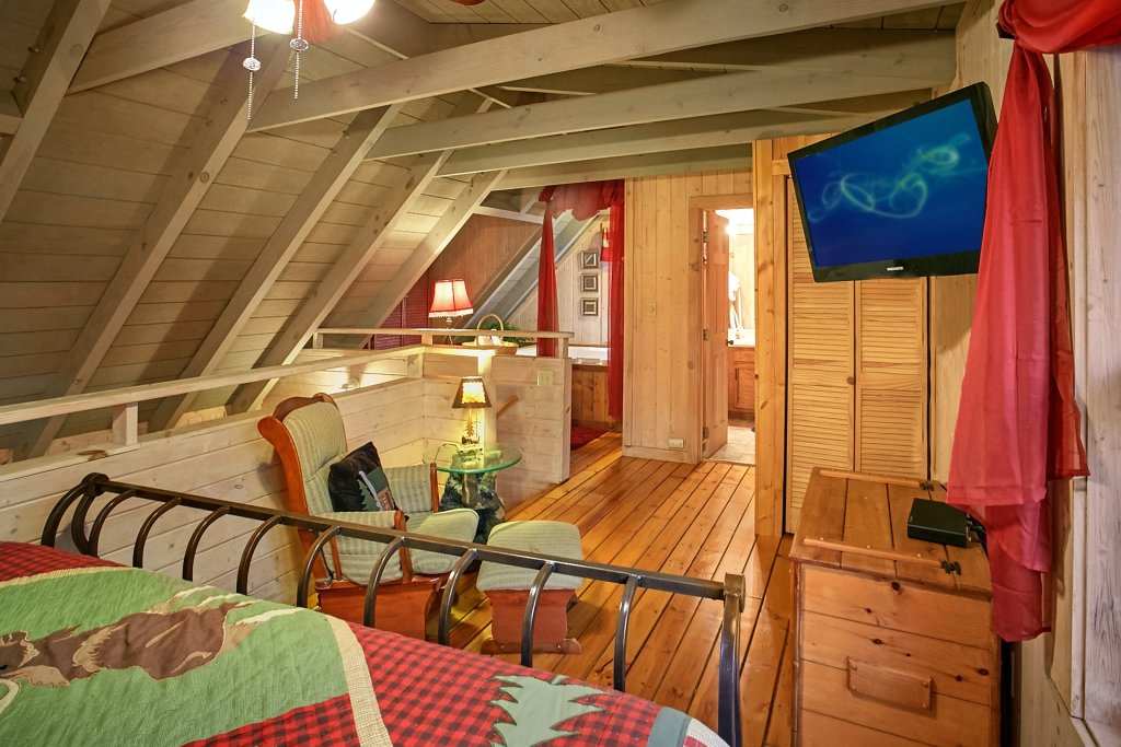 Bear creek cabin in gatlinburg w 2 br sleeps4 for Nuvola 9 cabin gatlinburg