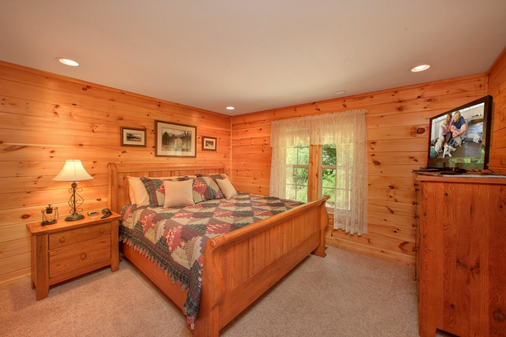 Photo of a Gatlinburg Cabin named Bearfoot Memories - This is the sixteenth photo in the set.