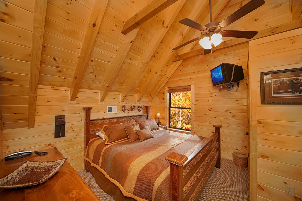Photo of a Gatlinburg Cabin named Grin & Bear It - This is the twelfth photo in the set.
