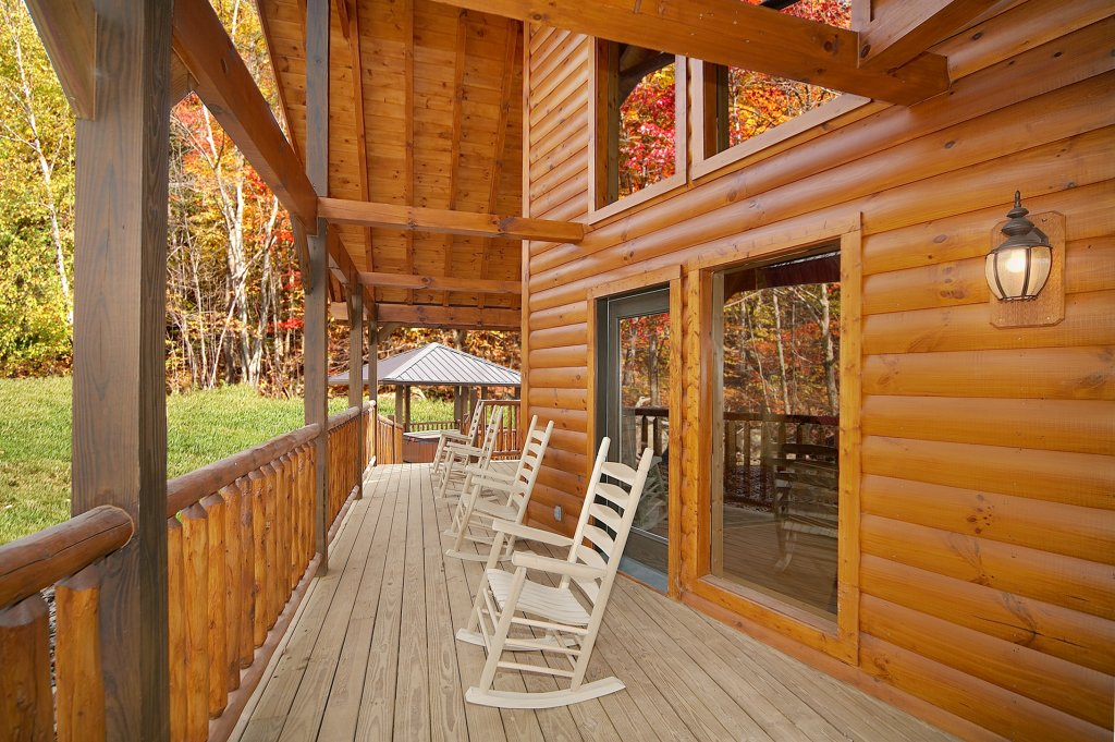 Photo of a Gatlinburg Cabin named Grin & Bear It - This is the second photo in the set.