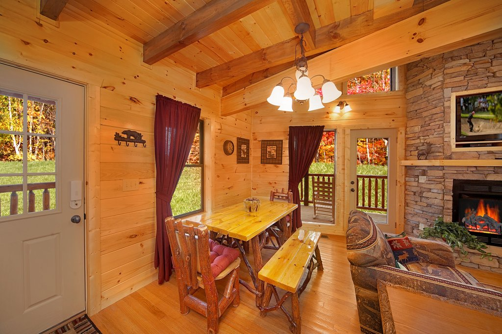 Photo of a Gatlinburg Cabin named Grin & Bear It - This is the seventh photo in the set.