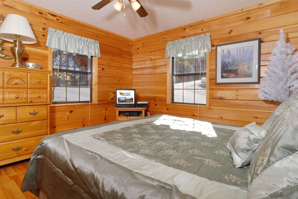 Photo of a Pigeon Forge Cabin named Miss Bee Haven #236 - This is the fourteenth photo in the set.